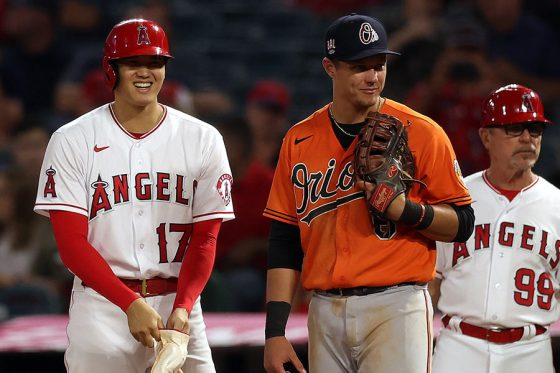 1試合で2度申告敬遠されたエンゼルス・大谷翔平(左)【写真:Getty Images】