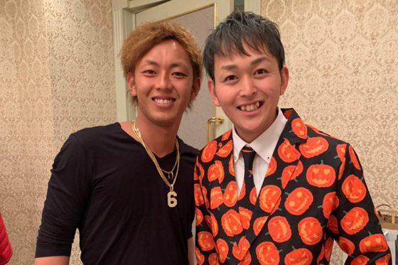 ソフトバンク・今宮健太(左)と歌手の下松翔さん【写真:下松さん提供】