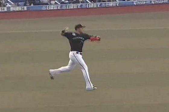 ロッテのレオネス・マーティンが内野手のようなランニングスローで走者を刺した【画像:パーソル パ・リーグTV】