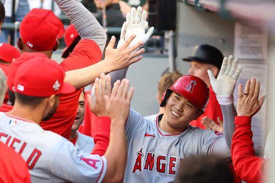 33号本塁打を放ちベンチで祝福されるエンゼルス・大谷翔平【写真:Getty Images】