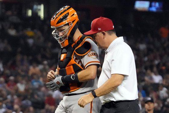 負傷しベンチに戻るジャイアンツのバスター・ポージー【写真:AP】