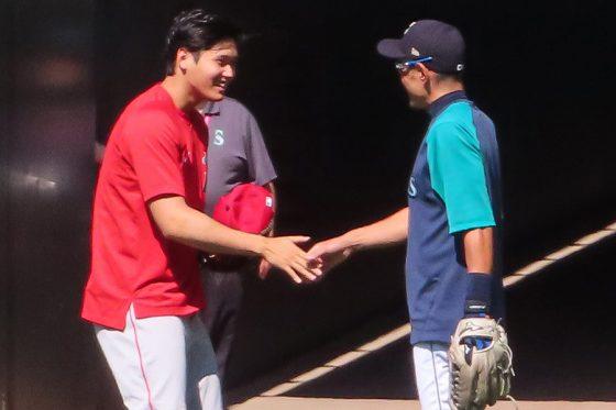 試合前に談笑するエンゼルス・大谷翔平(左)とマリナーズ・イチロー氏【写真:木崎英夫】