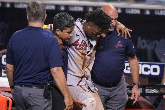 担がれて退場するブレーブスのロナルド・アクーニャJr.(中央)【写真:Getty Images】