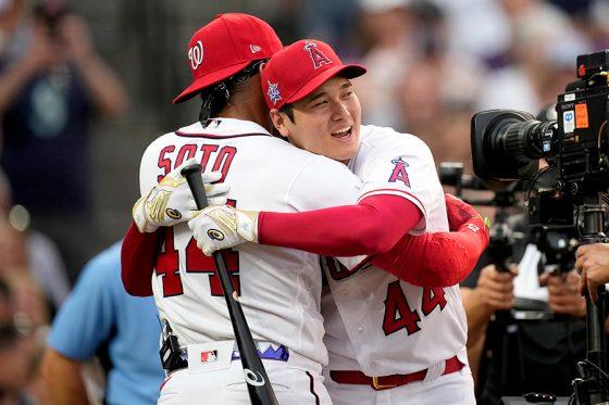 健闘を称えあうエンゼルス・大谷翔平(右)とナショナルズのソト【写真:AP】