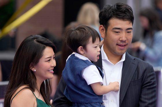 家族とレッドカーペットショーに登場したマリナーズ・菊池雄星(右)【写真:AP】