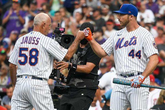 打撃投手を務めたデーブ・ヤウスコーチ(左)とピート・アロンゾ【写真:Getty Images】