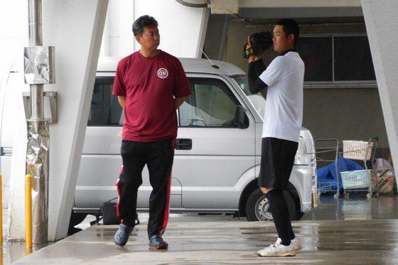 治療院で仕事をしながら、磐田南高校の外部コーチも務めている【写真:間淳】