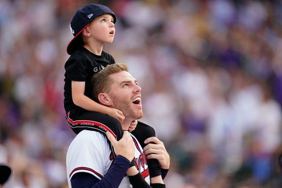 ブレーブスのフレディ・フリーマンと息子のチャーリーくん【写真:Getty Images】