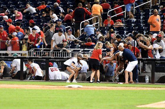 球場の外で銃撃があり、避難する観客【写真:Getty Images】