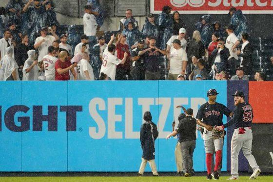 """ヤンキース対Rソックス戦で観客席からボールが投げつけられる""""暴挙""""【写真:AP】"""