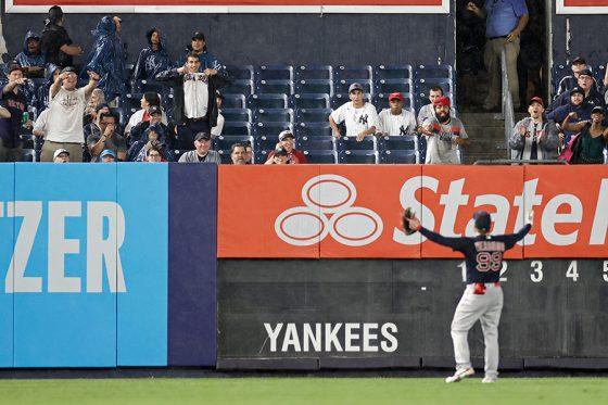 """ヤンキース対Rソックス戦で観客席からボールが投げつけられる""""暴挙""""【写真:Getty Images】"""
