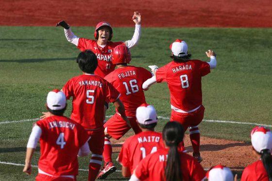 ソフトボール日本代表がカナダを下し銀メダル以上が確定した【写真:Getty Images】