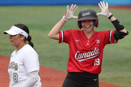先制の2点適時打を放ったカナダのエマ・エンツミンガー【写真:Getty Images】