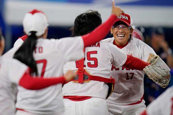歓喜の瞬間を迎えるソフトボール日本代表・上野由岐子(右)【写真:AP】