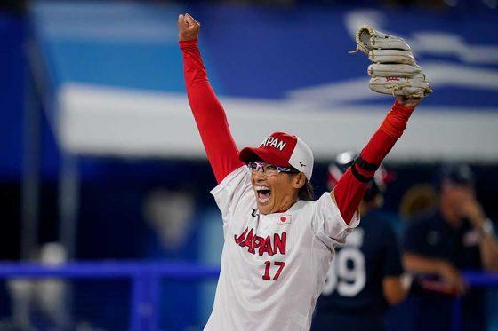 歓喜の瞬間を迎えるソフトボール日本代表・上野由岐子【写真:AP】