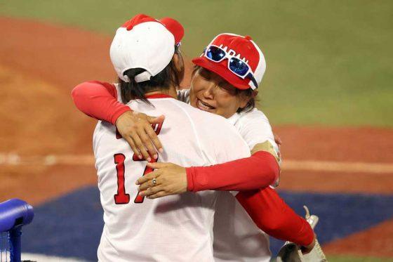 抱き合うソフトボール日本代表・宇津木麗華監督(右)と上野由岐子【写真:Getty Images】