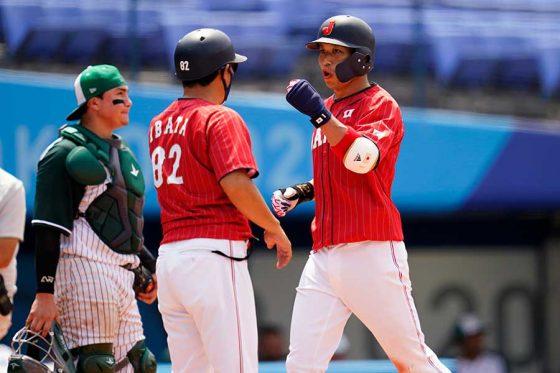 4回に3ランを放った侍ジャパン・山田哲人(右)【写真:AP】