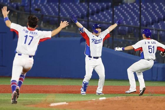 サヨナラ打を放った韓国代表のキム・ヒョンス(中央)【写真:Getty Images】