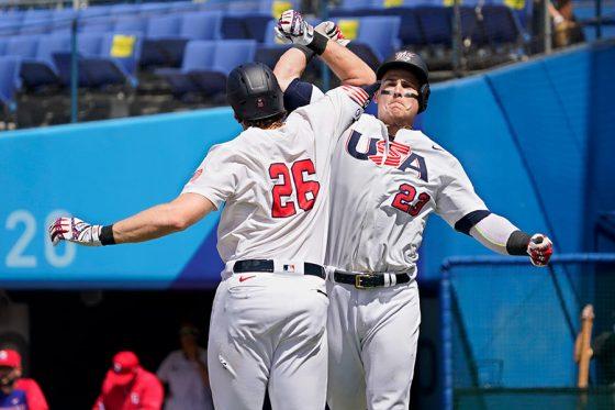 5回に今大会2本目となるソロ本塁打を放ったアメリカ代表のタイラー・オースティン(右)【写真:AP】