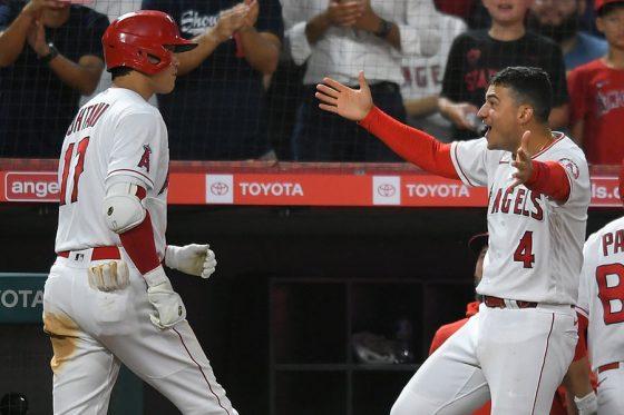 大谷の本塁打の後は真っ先にベンチ前で迎えるホセ・イグレシアス(右)【写真:AP】