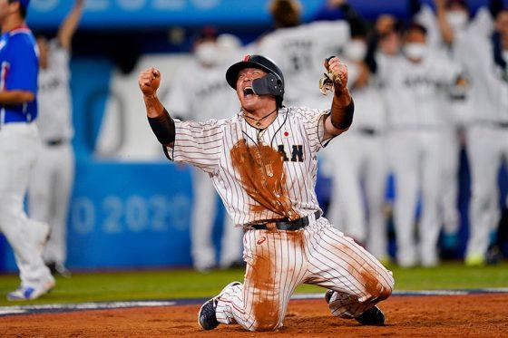 四球で出塁し、山田哲人の適時打で生還した甲斐拓也【写真:Getty Images】