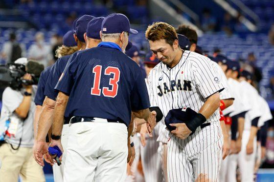 米国代表の選手、コーチと握手する侍ジャパン・鈴木誠也【写真:Getty Images】