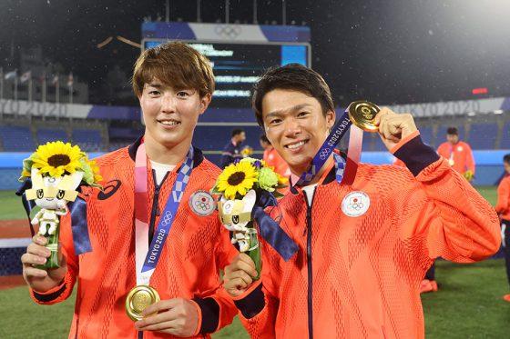 金メダルを獲得した侍ジャパン・森下暢仁(左)と山本由伸【写真:Getty Images】