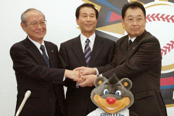 日本ハムの球団社長と会長を歴任した今村純二さん(左・2004年)【写真:共同通信社】