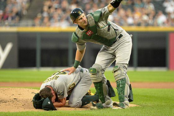 打球直撃したアスレチックスのバシット(左)に駆け寄る捕手【写真:Getty Images】