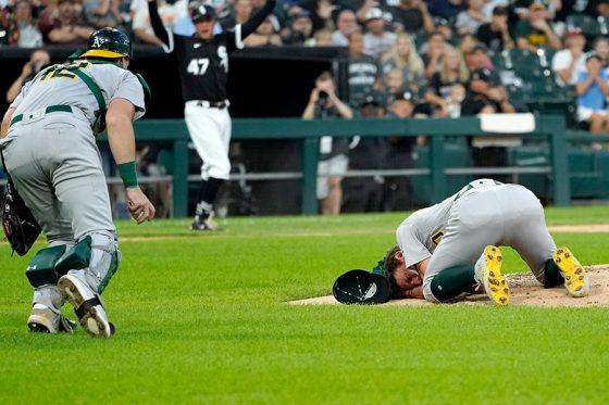 打球直撃したアスレチックスのバシット(右)に駆け寄る捕手【写真:AP】