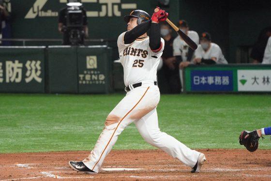 8回に30号本塁打を放った巨人・岡本和真【写真:荒川祐史】