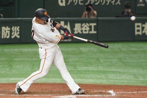 7回に移籍後初本塁打となる2ランを放った巨人・中田翔【写真:荒川祐史】