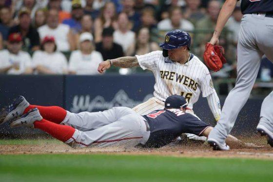 一邪飛からのタッチアップで本塁に生還したブルワーズのコルテン・ウォン(奥)【写真:Getty Images】