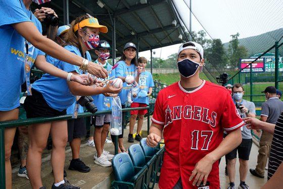 リトルリーグの子供たちにサインを求められるエンゼルス・大谷翔平【写真:AP】