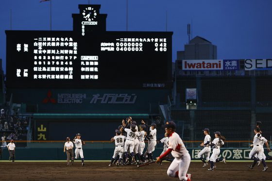 甲子園で初の女子決勝を制して喜ぶ神戸弘陵ナイン【写真:共同通信社】