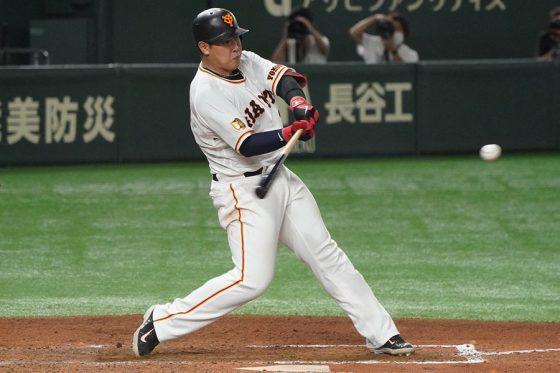 8回に勝ち越しの31号2ランを放った巨人・岡本和真【写真:荒川祐史】
