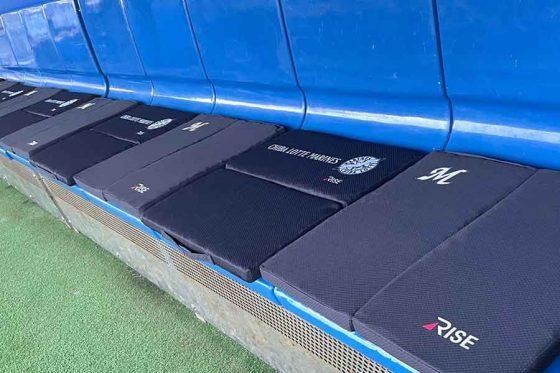 ZOZOマリンのベンチに設置された「スリープオアシス モバイルシートクッション」【写真提供:千葉ロッテマリーンズ】