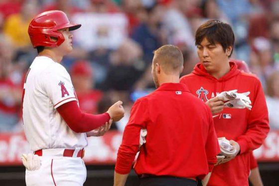 投球が直撃した右手首付近をおさえるエンゼルス・大谷翔平【写真:Getty Images】