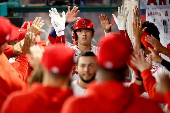 本塁打を打ち、ベンチで迎えられるエンゼルス・大谷翔平【写真:AP】