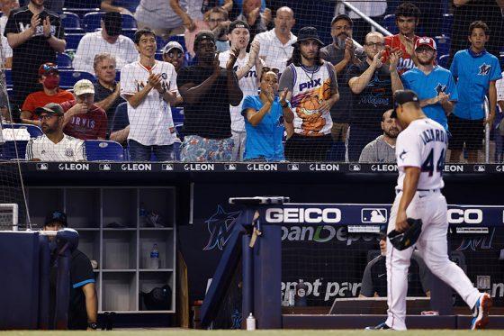投手に拍手を送るローンデポ・パークの観客【写真:Getty Images】