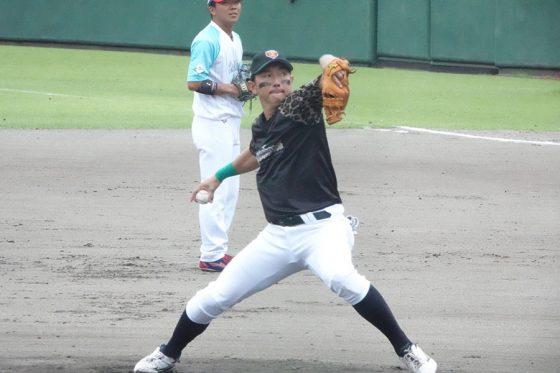 スピードガンコンテストで投球する川崎宗則【写真:川村虎大】