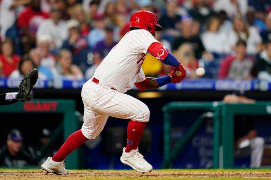 バント二塁打を決めるフィリーズのオデュベル・ヘレーラ【写真:AP】