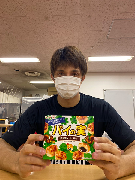 パイの実を持つロッテ・国吉佑樹【写真提供:千葉ロッテマリーンズ】