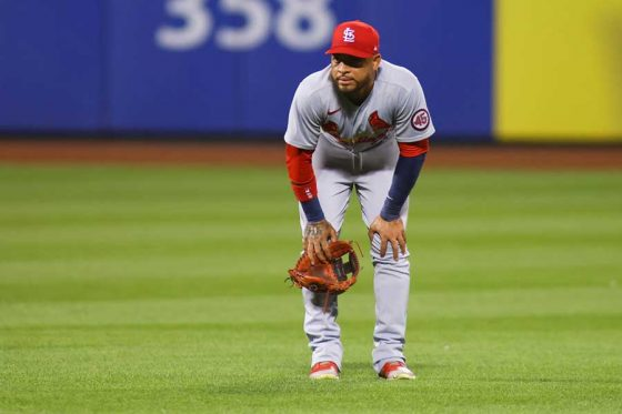 逸れた送球が塁審に直撃し、愕然とするカージナルスのエドムンド・ソーサ【写真:Getty Images】