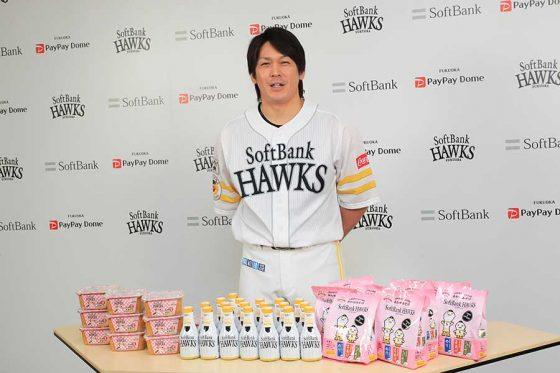 「マルエ醤油株式会社」からホークスコラボ商品を贈呈された【写真提供:福岡ソフトバンクホークス】