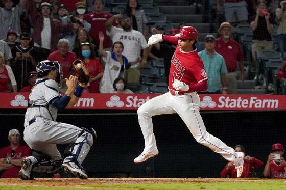 延長10回にタッチアップで本塁に突入したエンゼルス・大谷翔平【写真:AP】