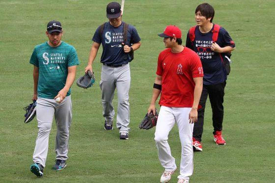 試合前に再会を果たしたマリナーズ・菊池雄星(左)とエンゼルス・大谷翔平【写真:小谷真弥】
