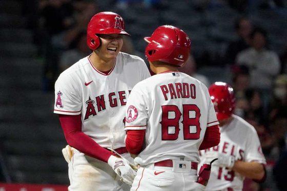 9回の第5打席、申告敬遠で一塁に向かうエンゼルス・大谷翔平【写真:AP】