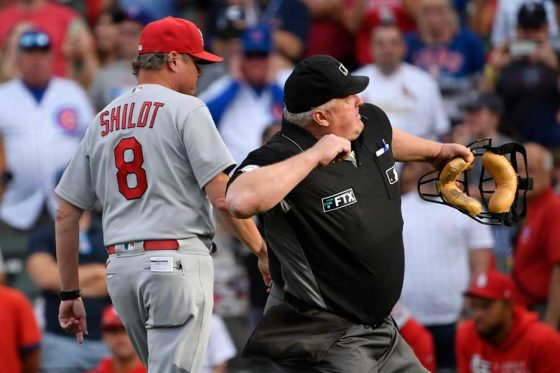 退場を宣告されたカージナルスのマイク・シルト監督(左)【写真:Getty Images】