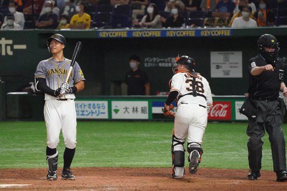 不振に苦しむ阪神・佐藤輝明(左)【写真:荒川祐史】